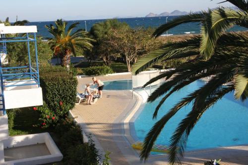 Вид на бассейн в Miros Hotel Apartments или окрестностях