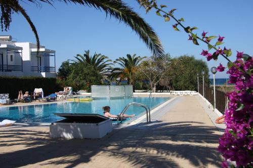 Бассейн в Miros Hotel Apartments или поблизости