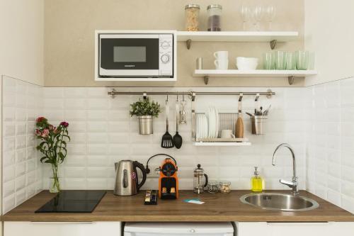 Кухня или мини-кухня в Geography Apartments