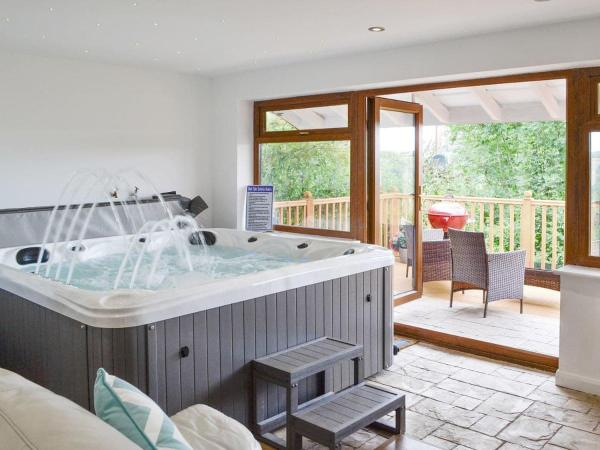 Canalside Cottage in Chirk, Wrexham, Wales