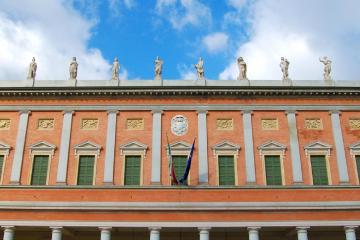 Reggio Emilia: Noleggio auto in 2 luoghi per il ritiro