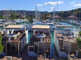 Floating Sea Houses MARINA LUX, vacation home in Portorož