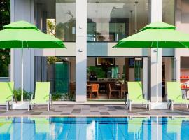 8 on Claymore Serviced Residences - By Royal Plaza on Scotts, apartment in Singapore