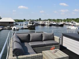 "Cosy floating boatlodge, ""Paris"", villa in Maastricht"