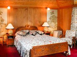 Room in a houseboat on Dal Lake, Srinagar, by GuestHouser 28490