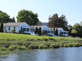 Premier Waterfront Cottage 1, hotel in Riverhead