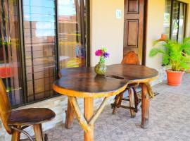 La Bella Casa (2 min to beach+Pool+WiFi)