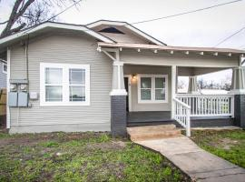 Hackberry St #B Renovated 2BR Near Downtown SA, apartment in San Antonio