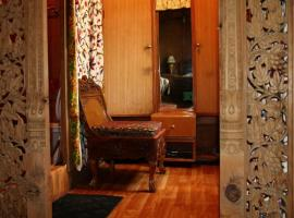 Houseboat with all meals in Srinagar, by GuestHouser 25865