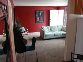Amazing location! 4 blocks to the beach!, hotel in Huntington Beach