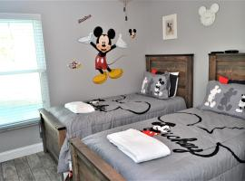 Mickey's Landing - Luxury 5 Star Family 4 Bedroom with Pool, Hot Tub, Games Room & BBQ,5 Mins Disney