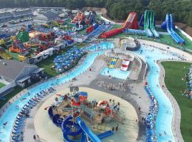 Cape Cod Family Resort and Inflatable Park, beach hotel in West Yarmouth