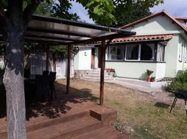 Maison mitoyenne 68m², 2 pièces + véranda, jardin 100m² avec pergola, vue mer