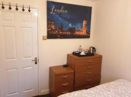 Lovely Room & Private Bathroom in Heart of London, Ferienunterkunft in London