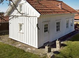Two-Bedroom Holiday home in Strömstad 2, hotell i Strömstad