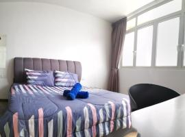 118 Island Plaza Deluxe Studio, hotel with jacuzzis in George Town