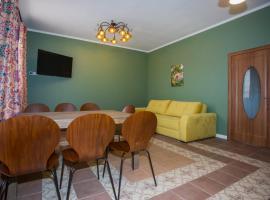 Гостевая зона Тополя дом Торжество, holiday home in Barybino