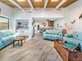 9 HB Fun House Steps to the Sand, Jacuzzi, Bikes & Foosball Table, hotel in Huntington Beach