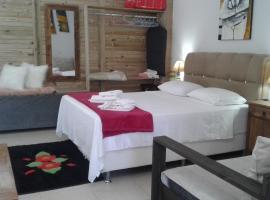 Estúdio conceito aberto - 3 pessoas, hotel in Araranguá