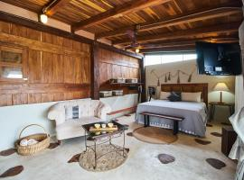 HOMEY AND ROMANTIC rooftop cabin wit pool, hotel económico en Tulum