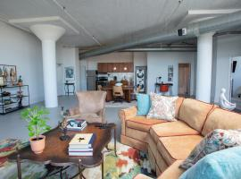 Amazing Downtown Loft with King Bed and Parking