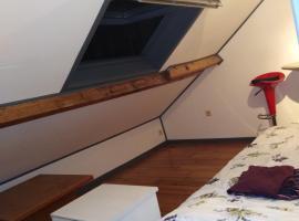 Un studio à louer ds un endroit calme près de la ville de Dinant, hotel in Dinant