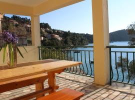 Private Beach Apartment and rooms, hotel in Brna