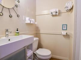 Lodge 3 - Downtown location. Studio with shared hot tub. Minutes to Arches N.P.