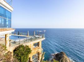 Lloret de Mar Villa Sleeps 8 with Pool Air Con and WiFi