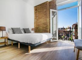 Bonitas habitaciones con ladrillo vista y balcón