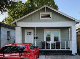 Awesome Houston Bungalow Close to Downtown, B&B in Houston