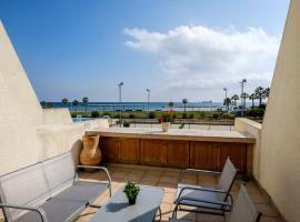 Beachfront apartment in Oroklini Area, hotel in Oroklini