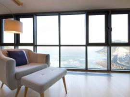 Vistas al mar cerca de San Sebastian, garaje, hotel in Getaria