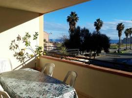 La palmeraie - appartement tout équipé - grande terrasse vue mer - piscine, hotel in Sari Solenzara