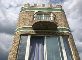 Средневековая Башня у пруда в Нижнем Новгороде - Арт-дом целиком на склоне с соснами