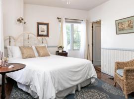 Charming Studio - 1 Block to Gorgeous East Beach! Hotel Room
