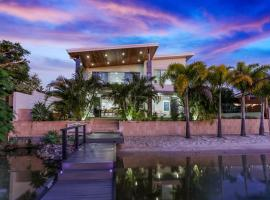 Haven on Noosa Hill - sunset views, pools, spa, hotel in Noosa Heads