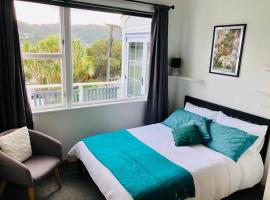 Private bedroom with Mountain view - close to city, hotel with jacuzzis in Wellington