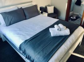 Private en-suite room - very close to city
