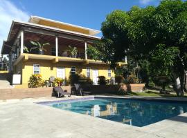Tropical apartments, hotel in Scarborough