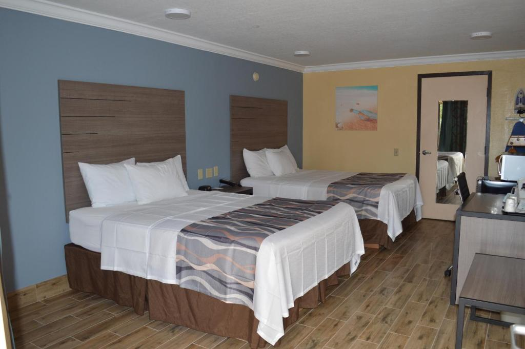 Photo of Queen Room with Two Queen Beds - Non Smoking #4