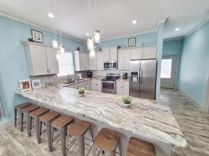 New Luxury Beach Home, Private Pool, Free 6 Person Golf Cart! 3 Minutes to Beach