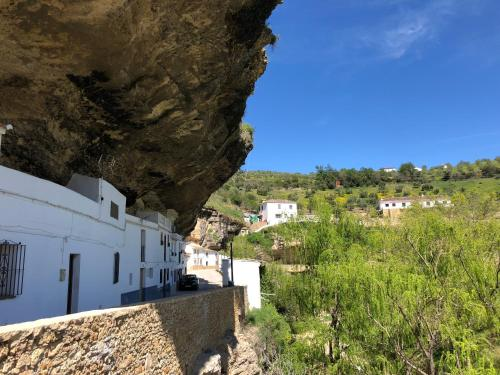 Casa entre rocas