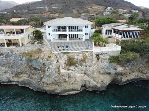Whitehouse Lagun Apartments