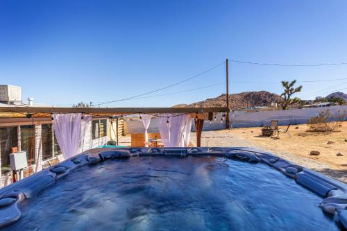 The Art House Private jacuzzi in the center of Joshua Tree