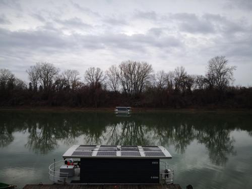 Tisza úszóház (Tiszaug)