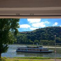 Haus am Ufer mit Rheinpanoramablick