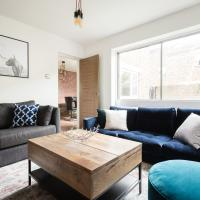 The Century Chalet - Contemporary 2BDR Townhouse with Parking