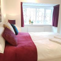 Oceana Accommodation- Spinney house, Stunning Southampton property, sleeps 10, parking, great for families