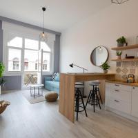 *NEW* Central Design Apartment w/ Balcony
